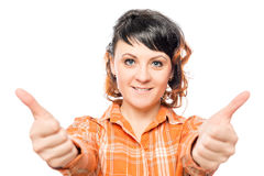 Femme heureuse 25 ans tenant des pouces  Photographie stock libre de droits