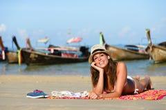 Femme heureuse appréciant des vacances de plage de la Thaïlande dans Krrabi Photos stock