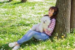 Femme heureuse appréciant la nature avec son chien images stock