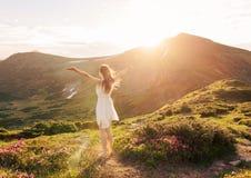 Femme heureuse appréciant la nature dans les montagnes photos libres de droits