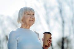 Femme heureuse appréciant le café et le temps Photographie stock libre de droits