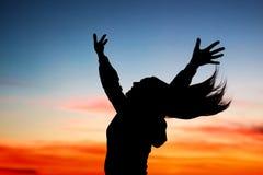Femme heureuse appréciant le coucher du soleil Image libre de droits