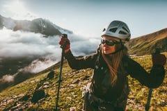 Femme heureuse appréciant le paysage de montagnes de coucher du soleil images stock