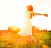 Femme heureuse appréciant la nature Photographie stock libre de droits
