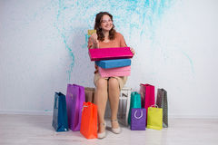 Femme heureuse après l'achat avec les sacs colorés, boîtes, crédit Ca Photographie stock libre de droits