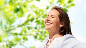 Femme heureuse au-dessus de fond naturel vert photos stock