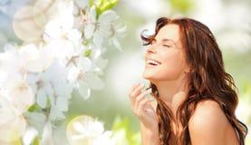 Femme heureuse au-dessus de fond naturel vert Photo stock