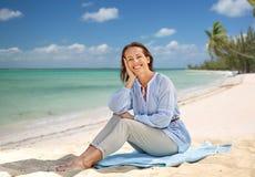 Femme heureuse au-dessus de fond tropical de plage photo libre de droits