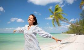 Femme heureuse au-dessus de fond tropical de plage image libre de droits