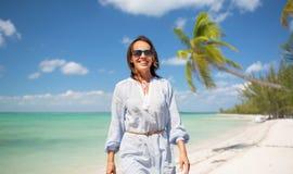 Femme heureuse au-dessus de fond tropical de plage images stock