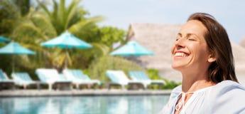Femme heureuse au-dessus de piscine de station de vacances touristique photographie stock libre de droits