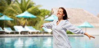 Femme heureuse au-dessus de piscine de station de vacances touristique images stock