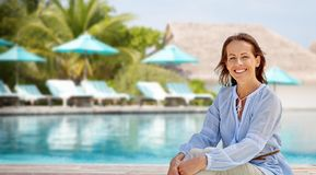 Femme heureuse au-dessus de piscine de station de vacances touristique photo libre de droits
