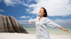 Femme heureuse au-dessus de plage tropicale d'île des Seychelles photo stock