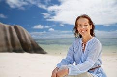 Femme heureuse au-dessus de plage tropicale d'île des Seychelles images stock
