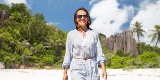 Femme heureuse au-dessus de plage tropicale d'île des Seychelles photographie stock libre de droits