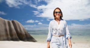 Femme heureuse au-dessus de plage tropicale d'île des Seychelles photographie stock