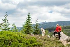 Femme heureuse augmentant la marche avec le chien en montagnes, Pologne Images libres de droits