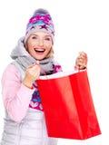 Femme heureuse avec des cadeaux après l'achat à la nouvelle année Image stock