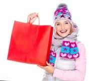 Femme heureuse avec des cadeaux après l'achat à la nouvelle année Images stock