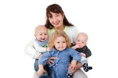 Femme heureuse avec des enfants posant à l'appareil-photo Photo libre de droits
