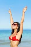Femme heureuse avec l'été de lunettes de soleil bronzage Image stock