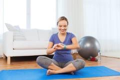 Femme heureuse avec l'exercice de montre de coeur-rate Photos stock