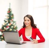 Femme heureuse avec l'ordinateur portable et la carte de crédit Images libres de droits