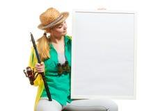 Femme heureuse avec la canne à pêche tenant le conseil Photographie stock