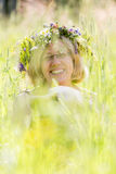 Femme heureuse avec la guirlande Images stock