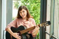 Femme heureuse avec la guitare images libres de droits