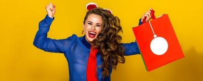 Femme heureuse avec la réjouissance et sauter de panier de Noël photo libre de droits