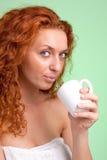 Femme heureuse avec la tasse de port de thé ou de café images stock