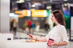 Femme heureuse avec le billet d'avion et passeports à Photos stock