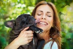 Femme heureuse avec le bouledogue français images libres de droits