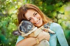 Femme heureuse avec le bouledogue français photo stock
