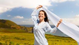 Femme heureuse avec le châle ondulant en vent au-dessus de Big Sur photographie stock