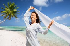 Femme heureuse avec le châle ondulant en vent sur la plage images libres de droits
