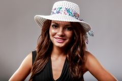 Femme heureuse avec le chapeau blanc Image libre de droits