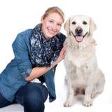 Femme heureuse avec le chien de golden retriever Photo libre de droits