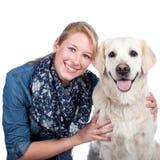 Femme heureuse avec le chien de golden retriever Image libre de droits