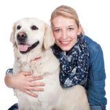 Femme heureuse avec le chien de golden retriever Photo stock
