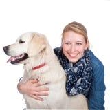 Femme heureuse avec le chien de golden retriever Image stock