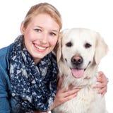 Femme heureuse avec le chien de golden retriever Photos libres de droits