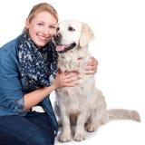 Femme heureuse avec le chien de golden retriever Photographie stock libre de droits