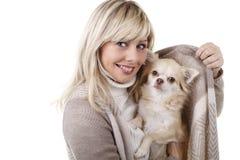 Femme heureuse avec le chiwawa de chien de recouvrement Photographie stock