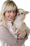 Femme heureuse avec le chiwawa de chien de recouvrement Photos stock