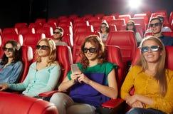 Femme heureuse avec le smartphone dans la salle de cinéma 3d Images libres de droits