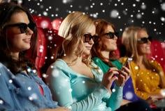 Femme heureuse avec le smartphone dans la salle de cinéma 3d Photo stock