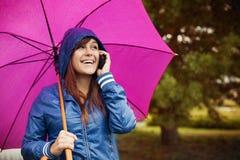 Femme heureuse avec le téléphone portable Photo libre de droits